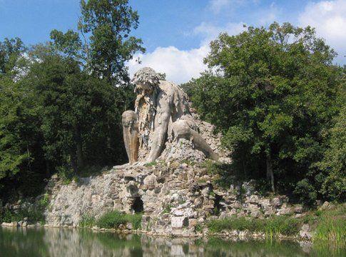 Una scultura nel parco di Villa Demidoff