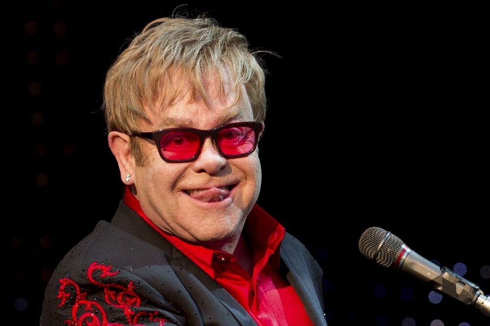 Elton John con una borsa Dolce&Gabbana: tradisce il boicottaggio?