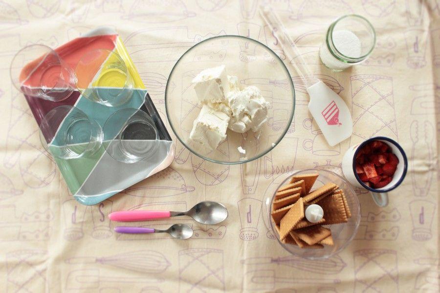 ingredienti per cheesecake alle fragole nel bicchiere