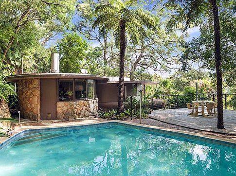 Comprereste mai una casa con questa forma bigodino for A forma di piani di casa con piscina
