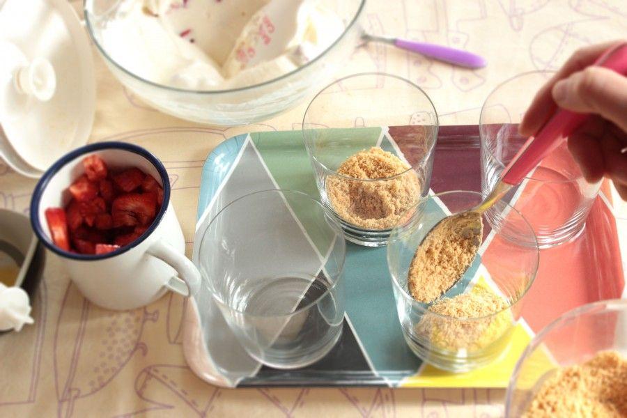 biscotti sul fondo del bicchiere per cheesecake