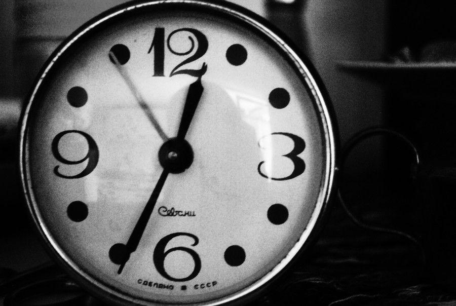 black-and-white-clock-hand-890