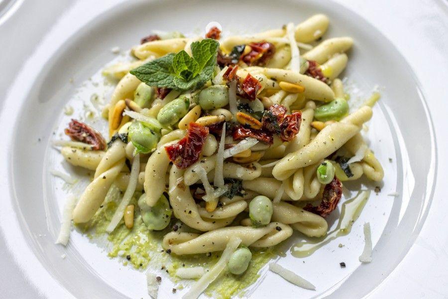 strozzapreti-fave-menta-pomodori-secchi-1-contemporaneo-food