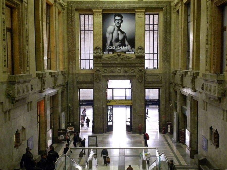 1024px-Milano_Stazione_Centrale_scale_laterali