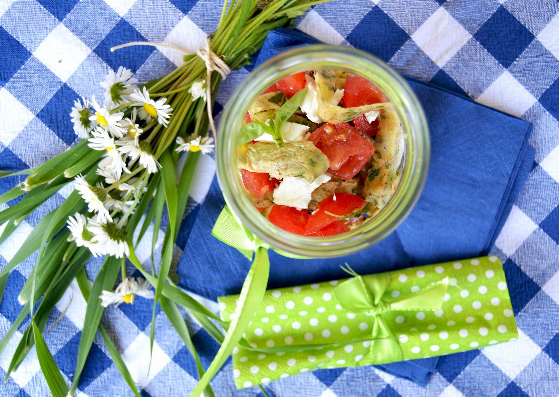 Finte tagliatelle alle erbe aromatiche con pomodori e primo sale