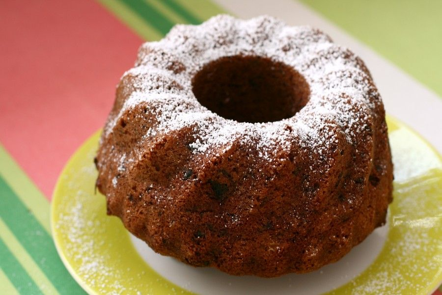 Small_Bundt_Cake_on_yellow_and_white_plate