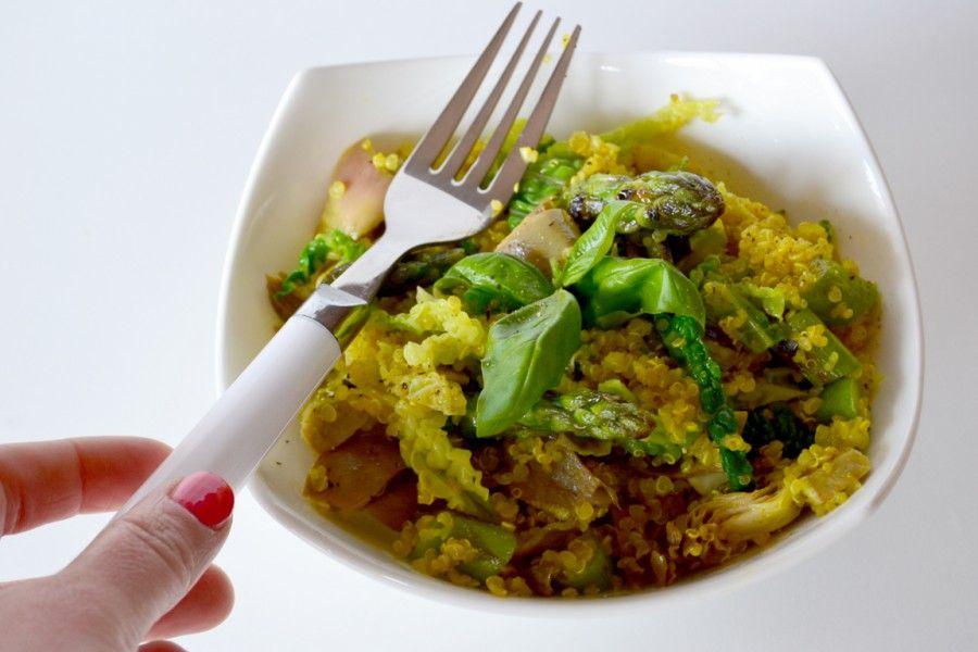 Insalata di quinoa, verza, carciofi e asparagi.