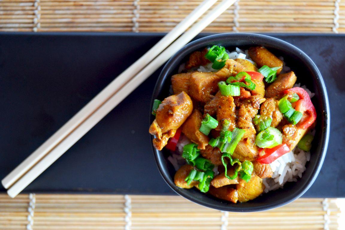 Piatto unico orientale: riso con pollo alla soia e curcuma
