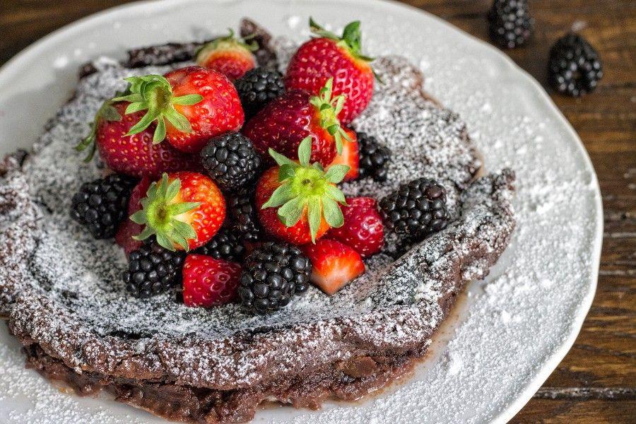 torta-fondant-al-cioccolato-senza-farina-con-fragole-more