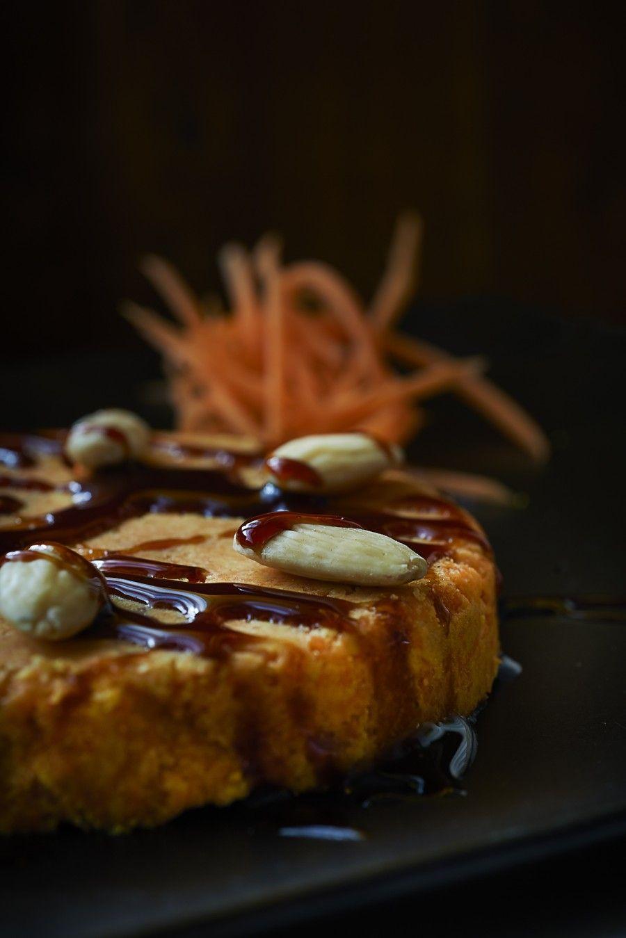 torta di carote crudista in preparazione