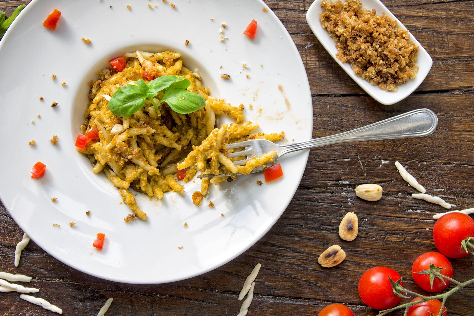 pesto-di-mandorle-e-trofie-pasta-contemporaneo-food