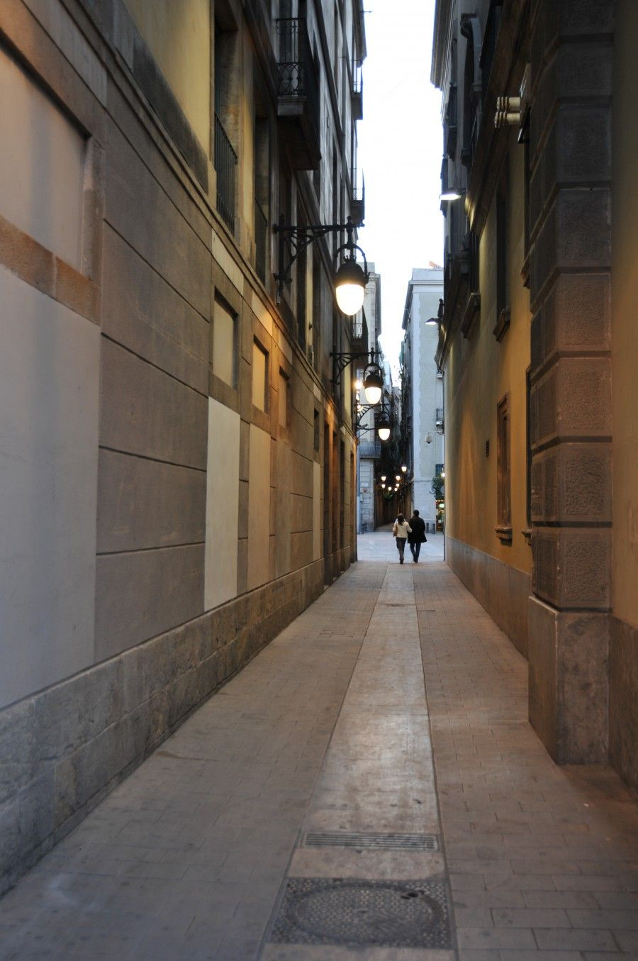 The_narrow_streets_of_Barcelone_(3409904329)