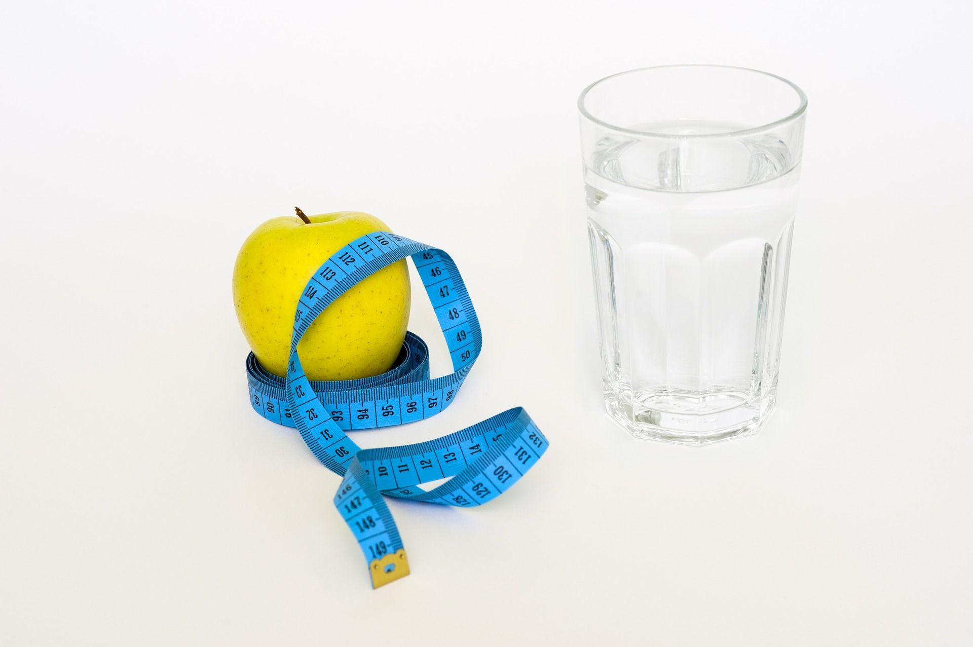 Bere acqua aiuta a perdere peso