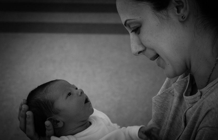I benefici delle coccole materne