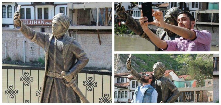 In Turchia la statua che fa i selfie