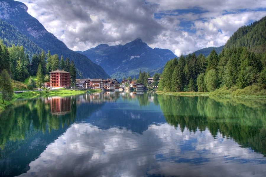Lago_di_Alleghe,_Belluno,_Italy