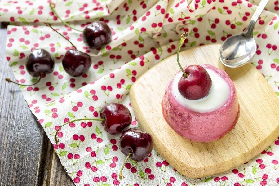 budino-ciliegie-latte-di-mandorla-dessert-dolci con la frutta-contemporaneo-food