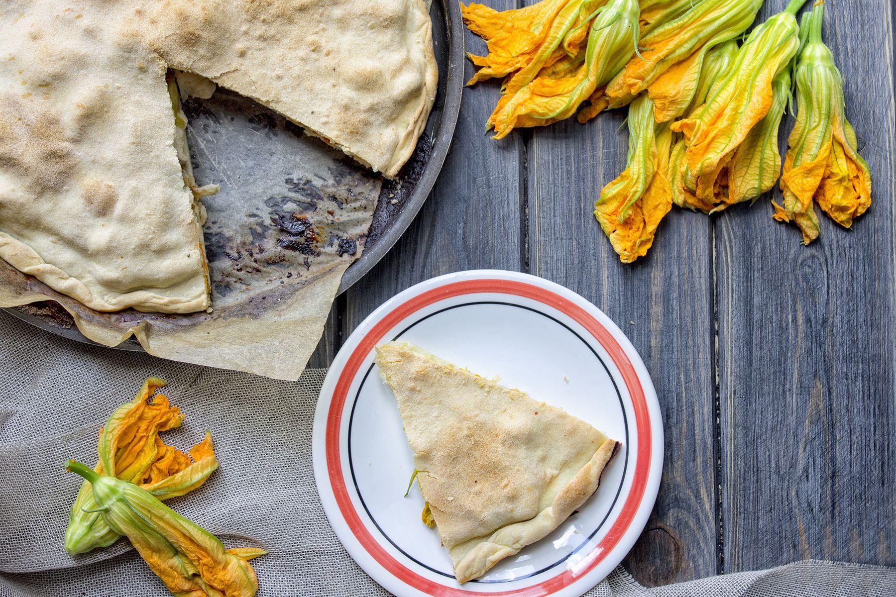 Torta rustica con fiori di zucchine, acciughe e stracchino