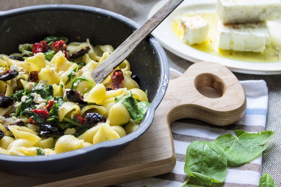 pasta-con-feta-pomodori-secchi-spinacini-primo-facile-ricette-estive-contemporaneo-food