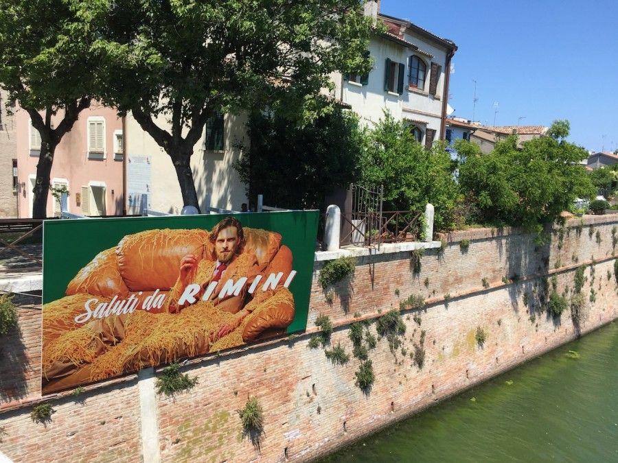 Maurizio-Cattelan-Saluti-da-Rimini-10