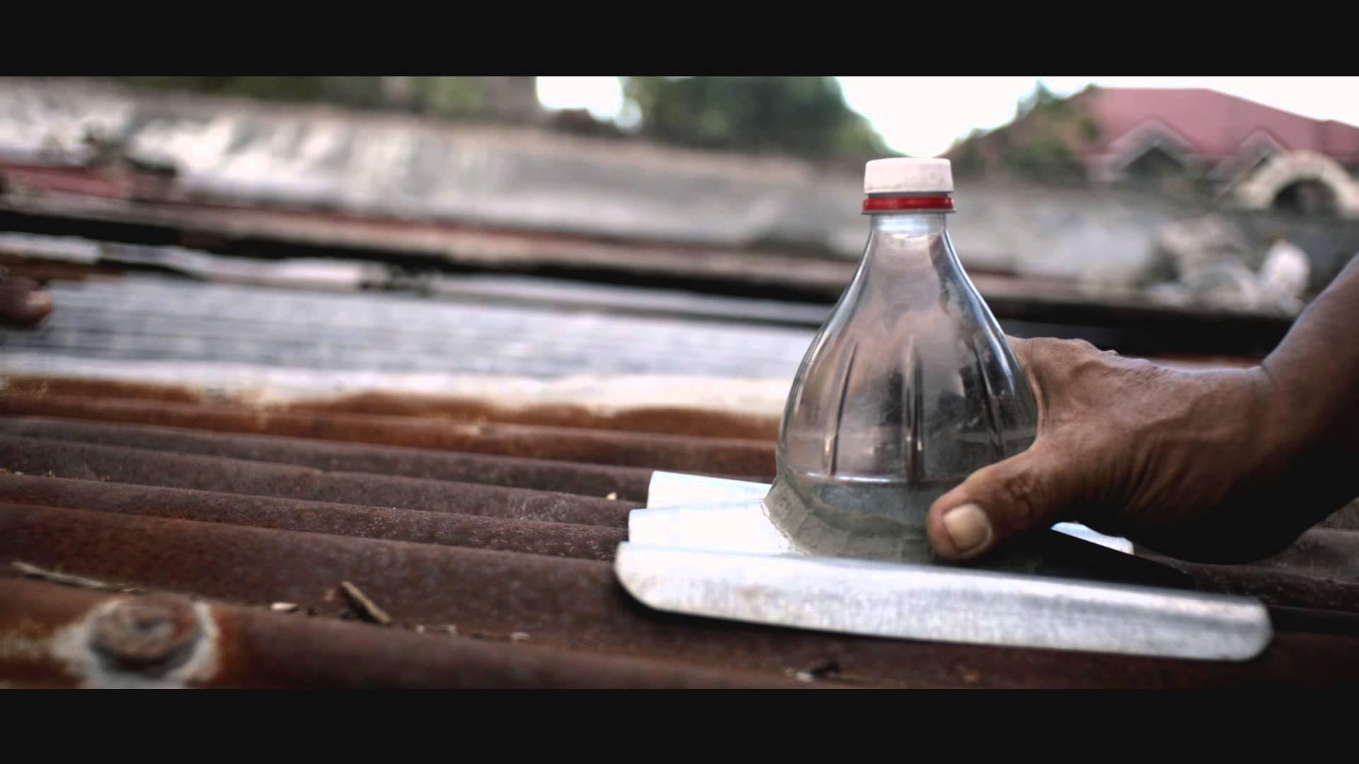 Una bottiglia di plastica per sconfiggere il buio bigodino