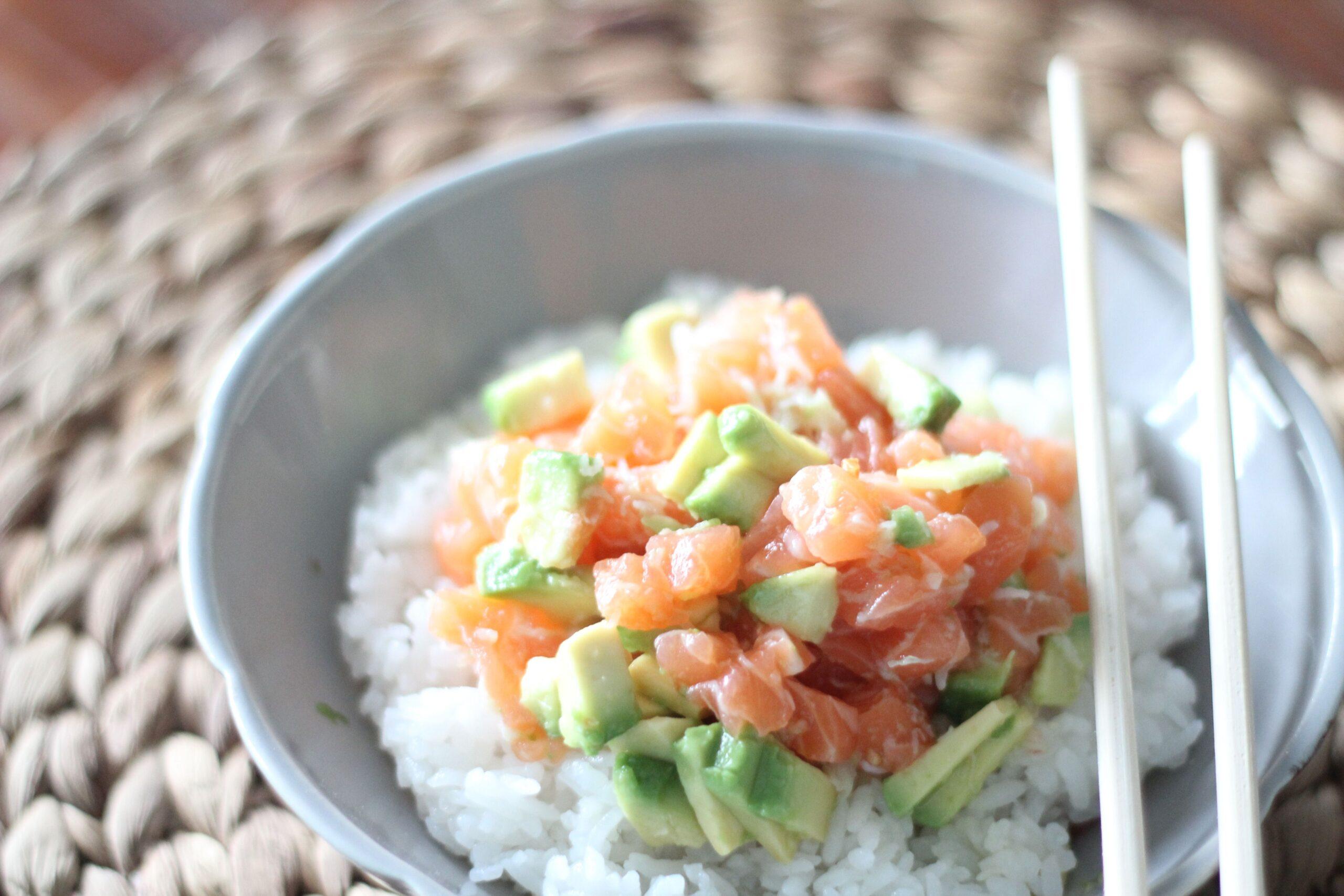Chirashi con tartare di salmone e avocado