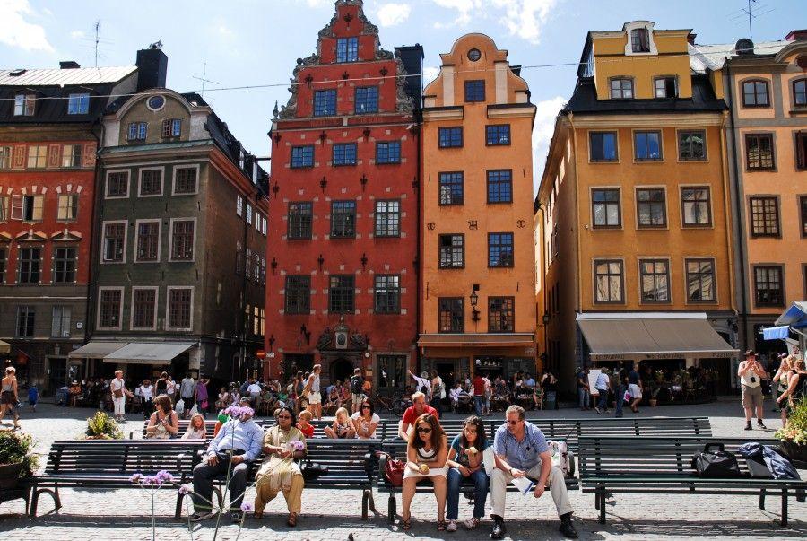 La coloratissimo piazza Stortorget a Gamla Stan