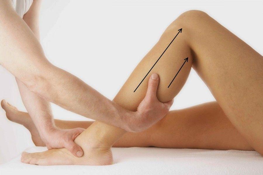 provate dei massaggi linfodrenanti (eseguiti procedendo con movimenti circolari a partire dalle caviglie) con olio di mandorle e qualche goccia di olio essenziale di limone o rosmarino