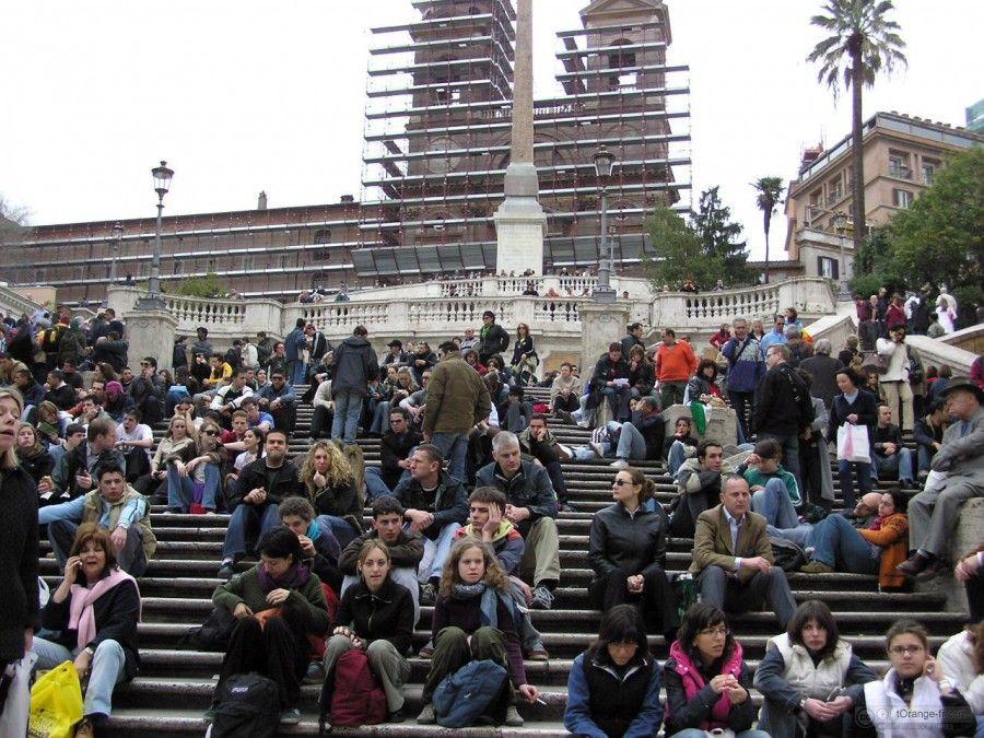 Touristes de repos assis sur les escaliers