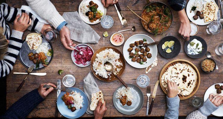 Le 10 regole pi strane di galateo per stare a tavola bigodino - Regole del galateo a tavola ...