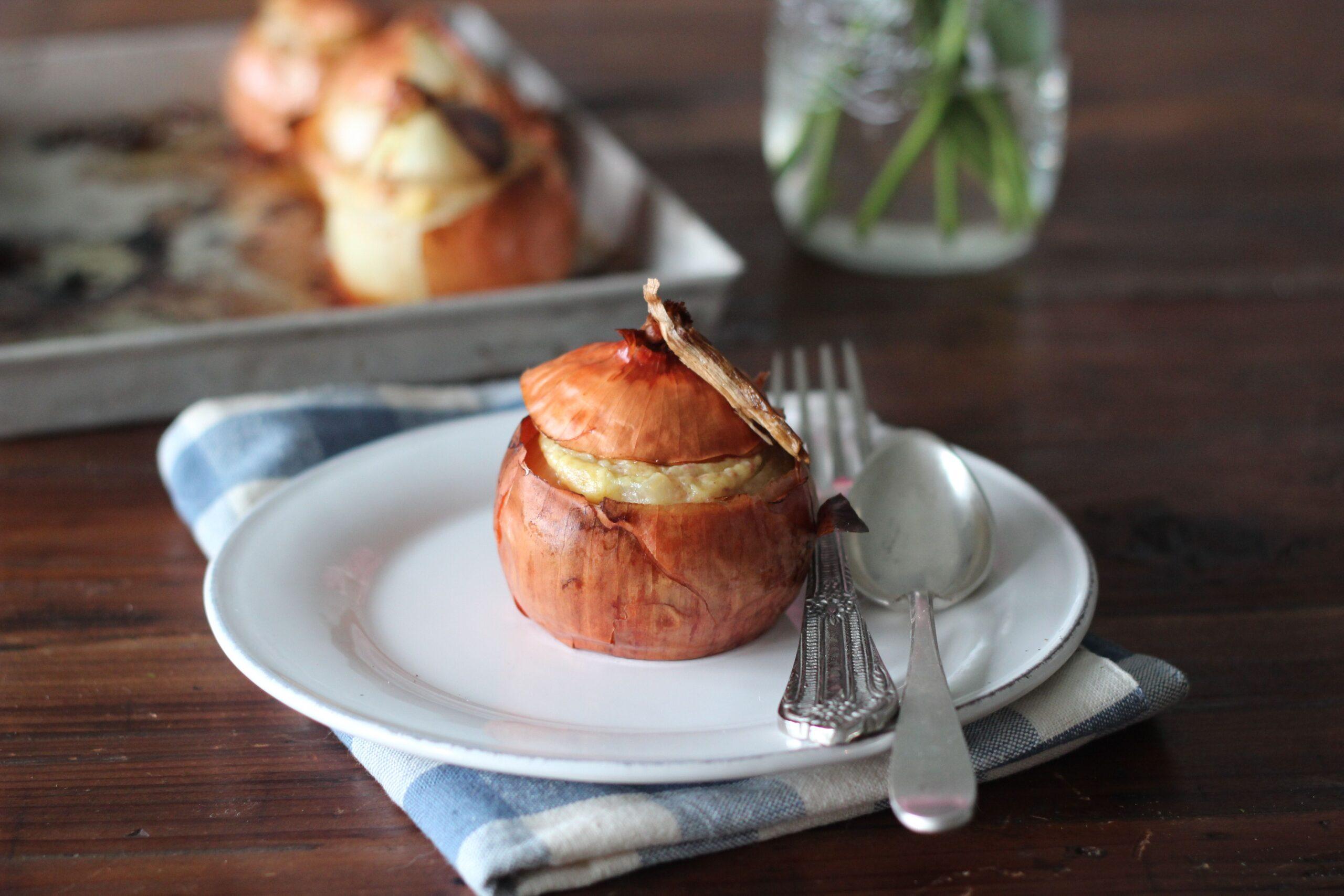 La ricetta delle cipolle ripiene alla fonduta di taleggio e salsiccia