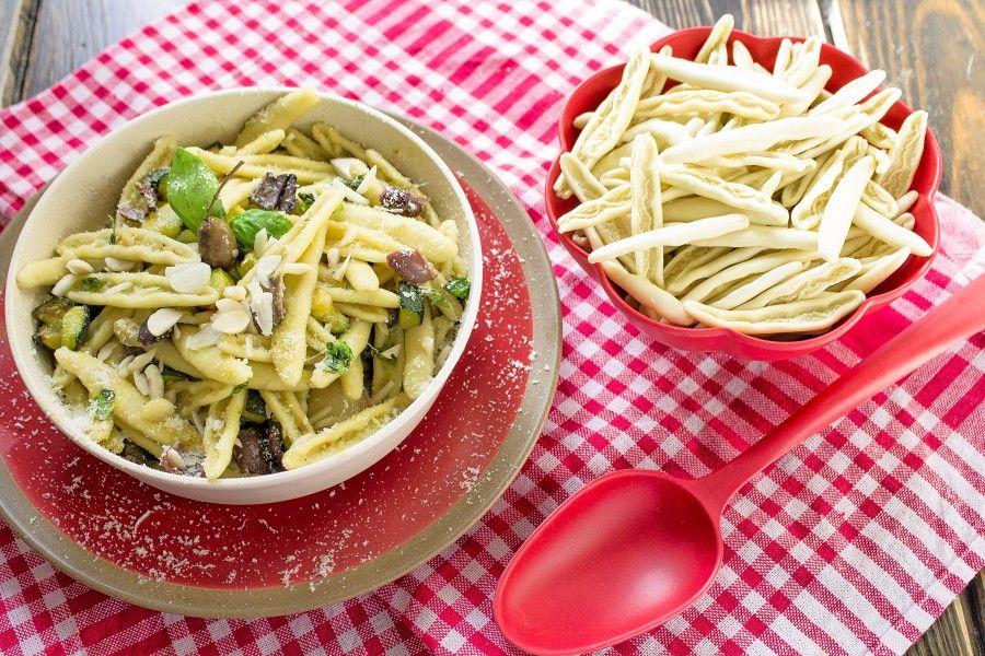 pasta-zucchine-mandorle-olive-primi-contemporaneo-food