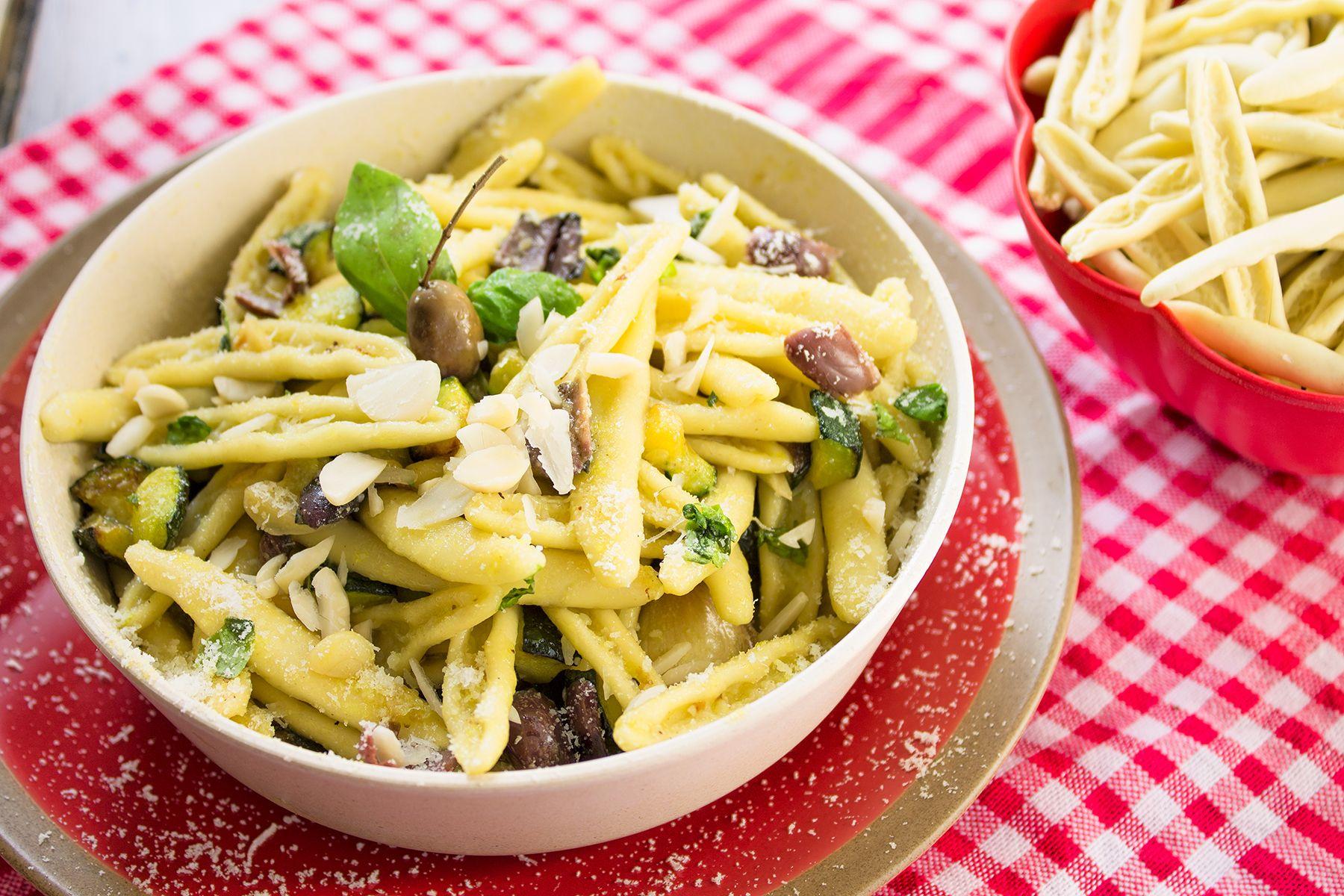 Pasta fresca senza uova: ricetta con zucchine, mandorle e olive taggiasche
