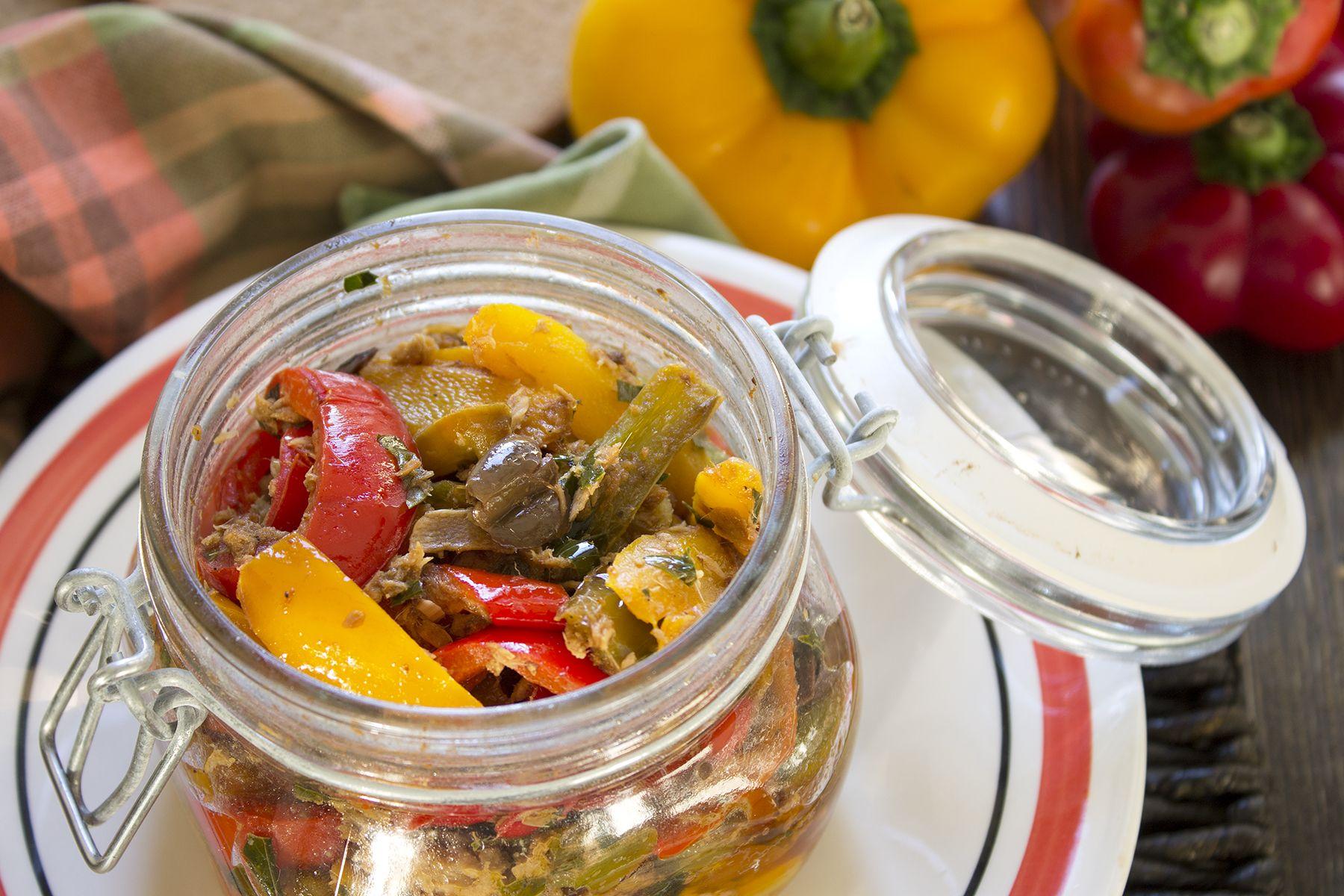 La ricetta dei peperoni in barattolo con tonno e olive nere