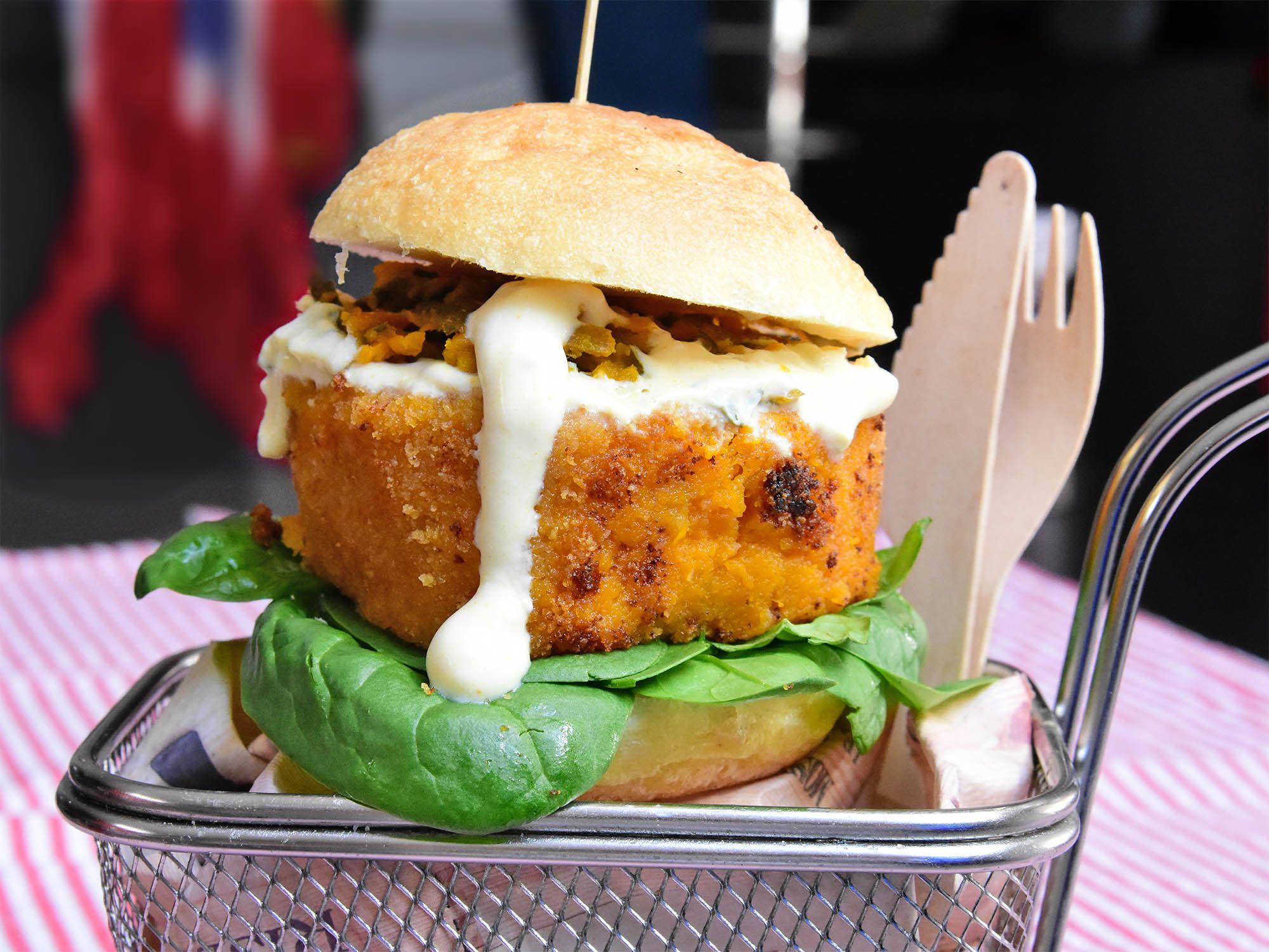 La ricetta del burger di zucca con maionese alla salvia