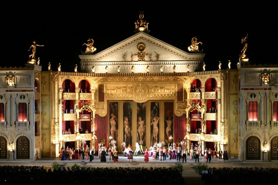 ...cioè, vi immaginate cosa non sarebbe assistere alla Traviata, senza sembrare deviate?