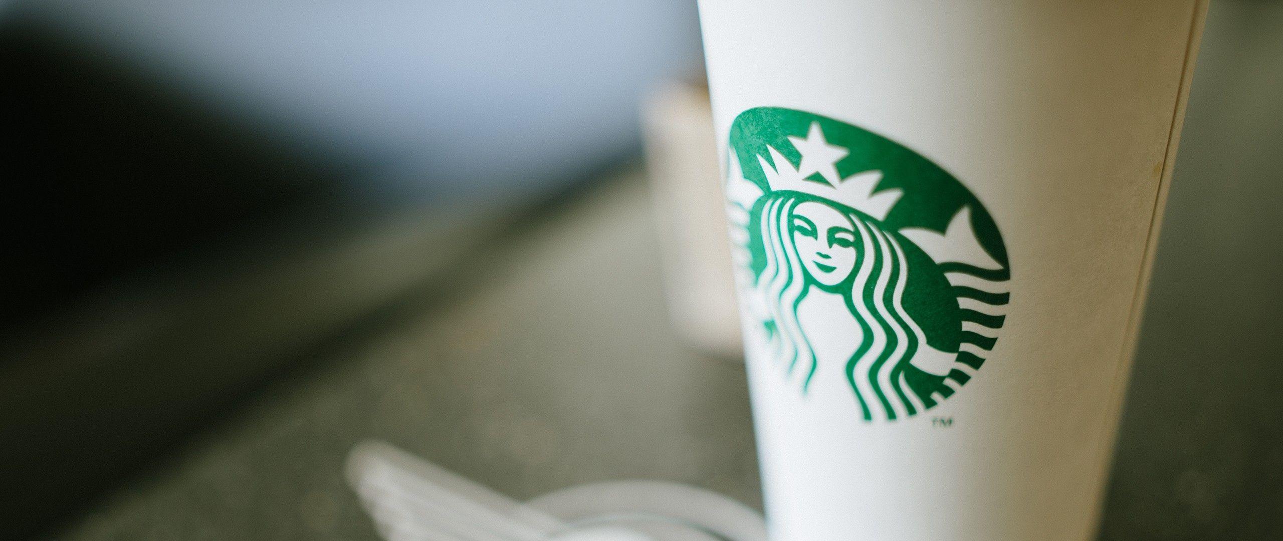 Il classico bicchiere di Starbucks