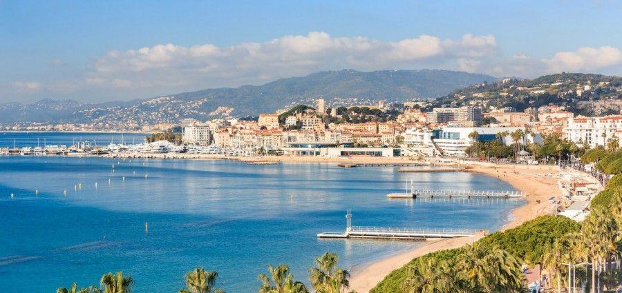 Cannes dalla spiaggia della Croisette