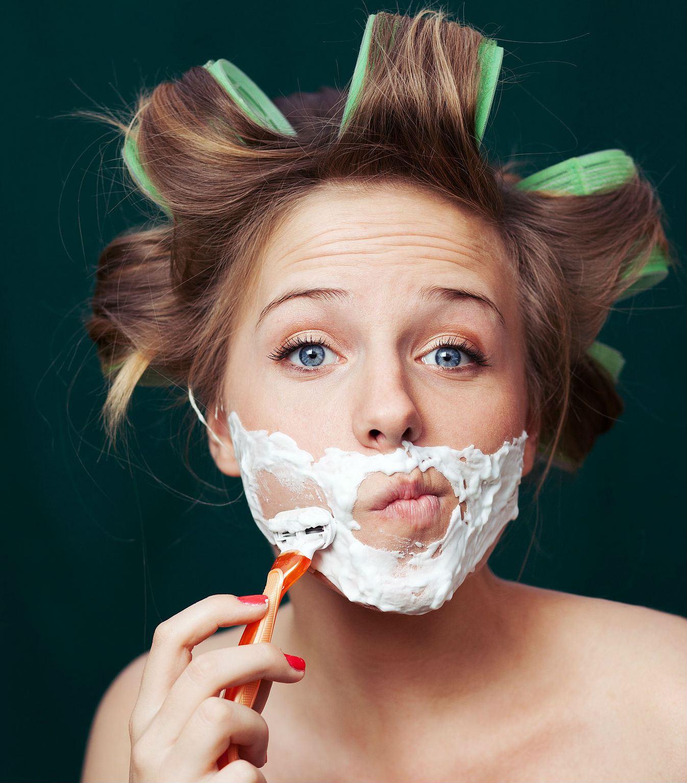 Rasarsi il viso: scoppia la nuova moda femminile