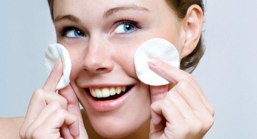 """Per detergere il viso prima di dormire vi bastano un tonico e un latte detergente, ma per le serate più """"toste"""" possono bastare uno struccante multitasking o le salviettine detergenti delicate"""