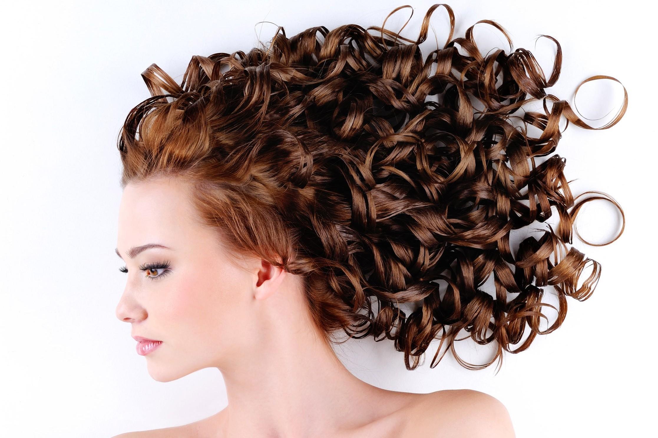 Come fare i ricci ai capelli: tutti i modi più insoliti
