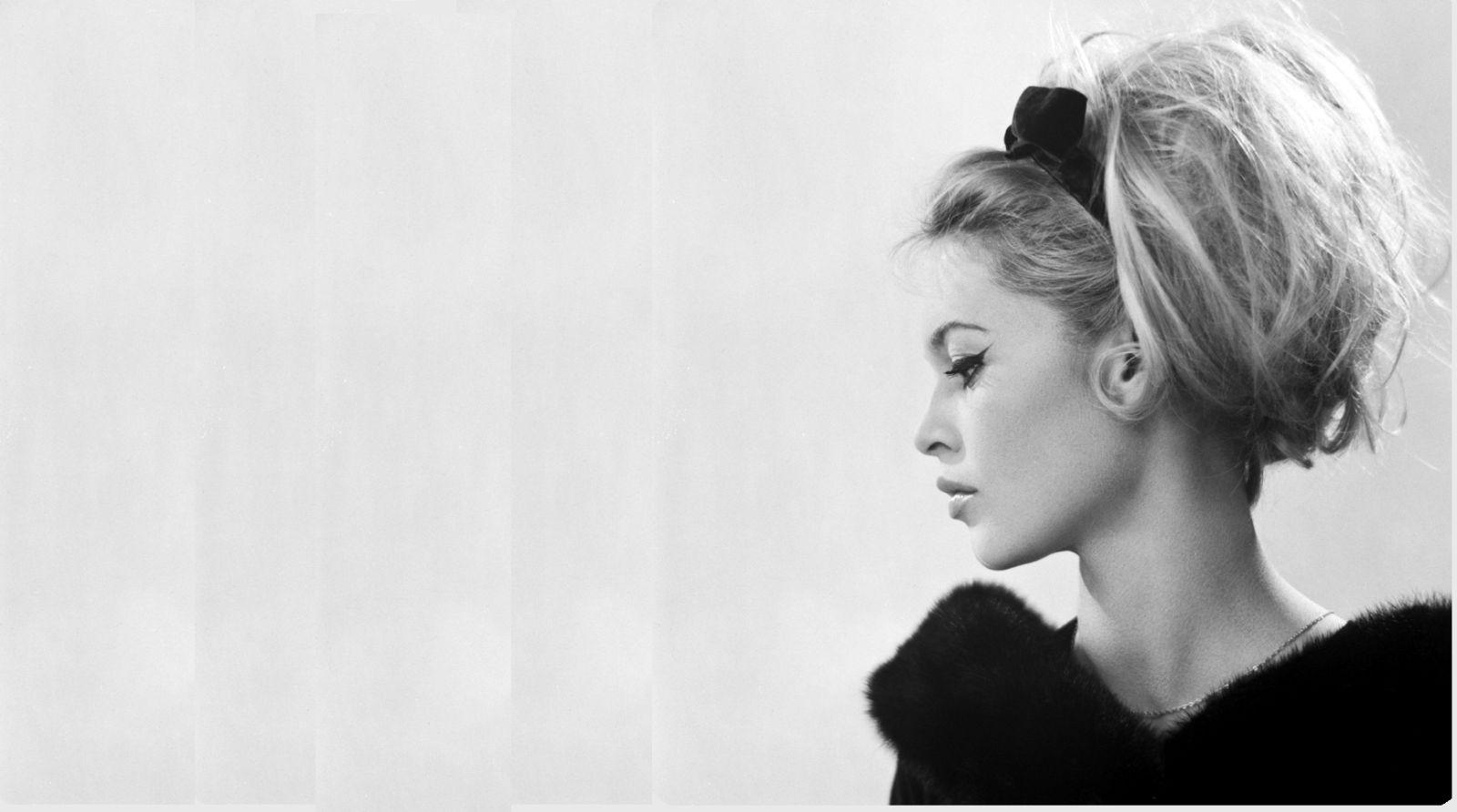 Acconciatura alla Brigitte Bardot con la fascia per i capelli