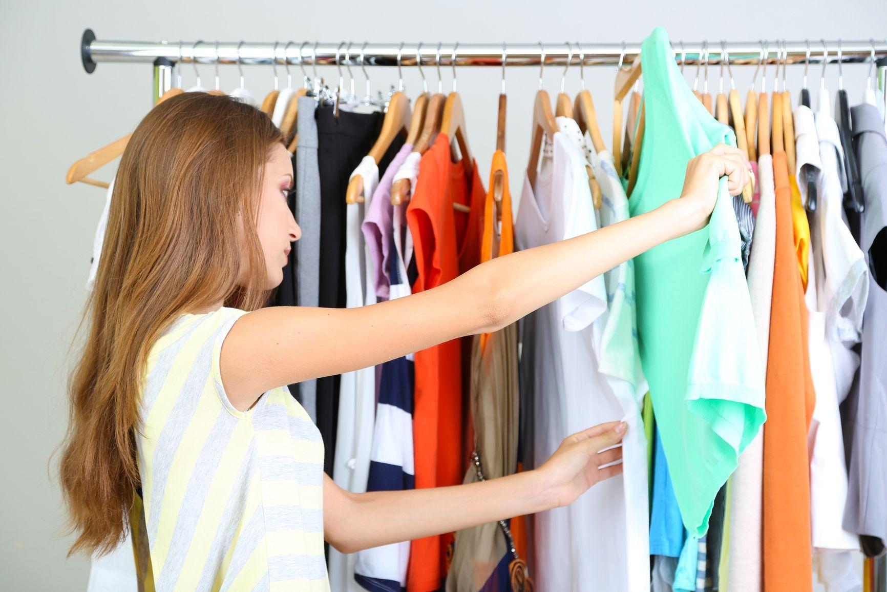 Come abbinare i vestiti in base al colore dei capelli