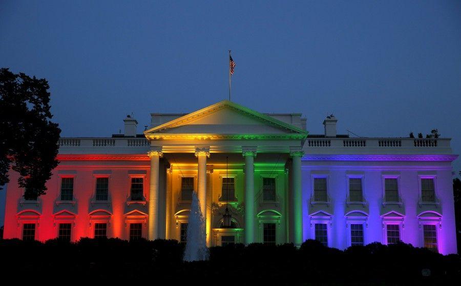 La Casa Bianco illuminata a festa arcobaleno
