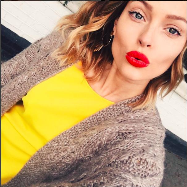 Caroline Receveur e il suo selfie luminosissimo