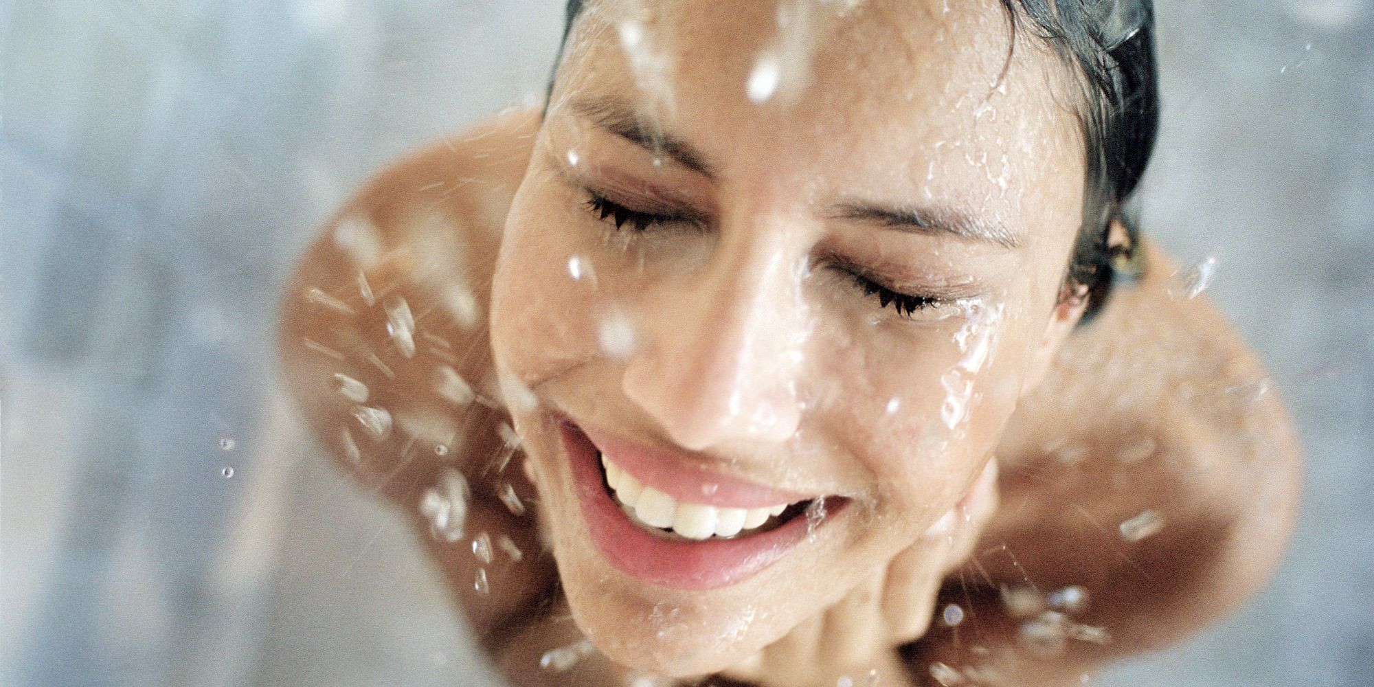 7 errori sotto e dopo la doccia che rovinano i capelli