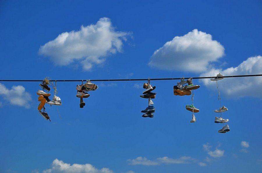 Cosa significano le scarpe appese ai fili della luce?