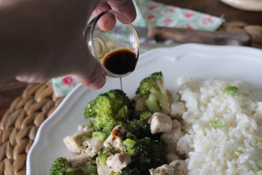 salsa di soia sul Pollo al sesamo con broccoli e riso
