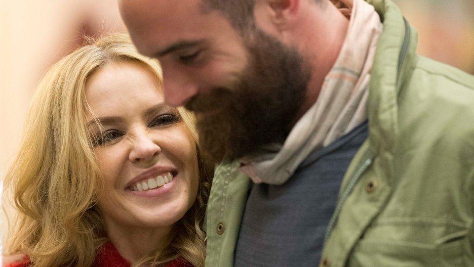 Kylie Minogue e Joshua Sasse2