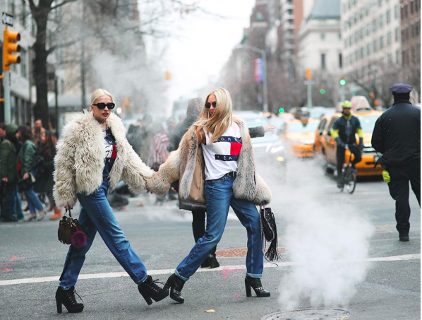 Shea Marie insieme alla sua migliore amica indossano pelliccia, jeans, boots e tshirt Tommy Hilfiger